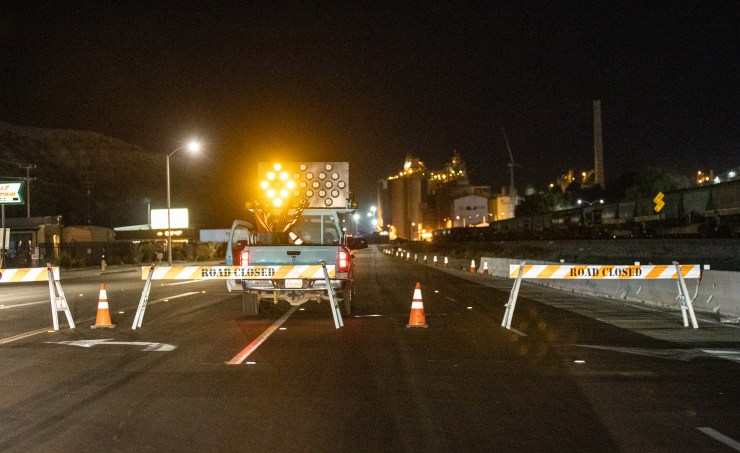 Road closed signs at D Street and the I-15 freeway in Victorville. (Gabriel D. Espinoza, Victor Valley News)