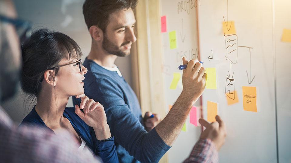 Pessoas jovens/empreendedores colam post-its: planejamento, ideia de negócio, organização, trabalho em equipe