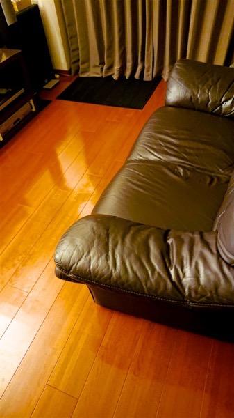 フローリングの上のソファ
