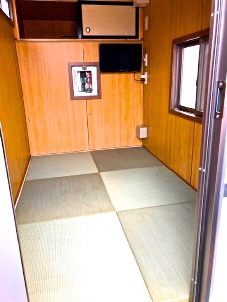 布団を敷いて寝るキャンピングカーの室内