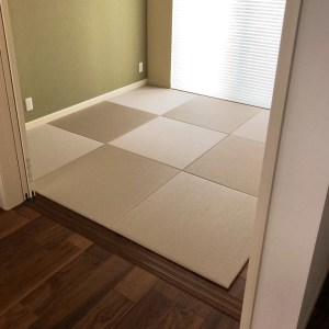 ウォールナット柄のフローリングに灰桜色の畳スペースを設置