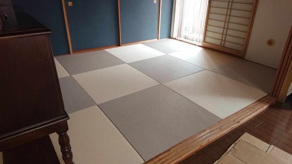 灰桜色と白茶色のツートンカラーの和室