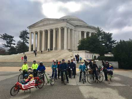 UngdomsVasan Ride posed in front of the Jefferson Memorial (photo: Jeff Miller)