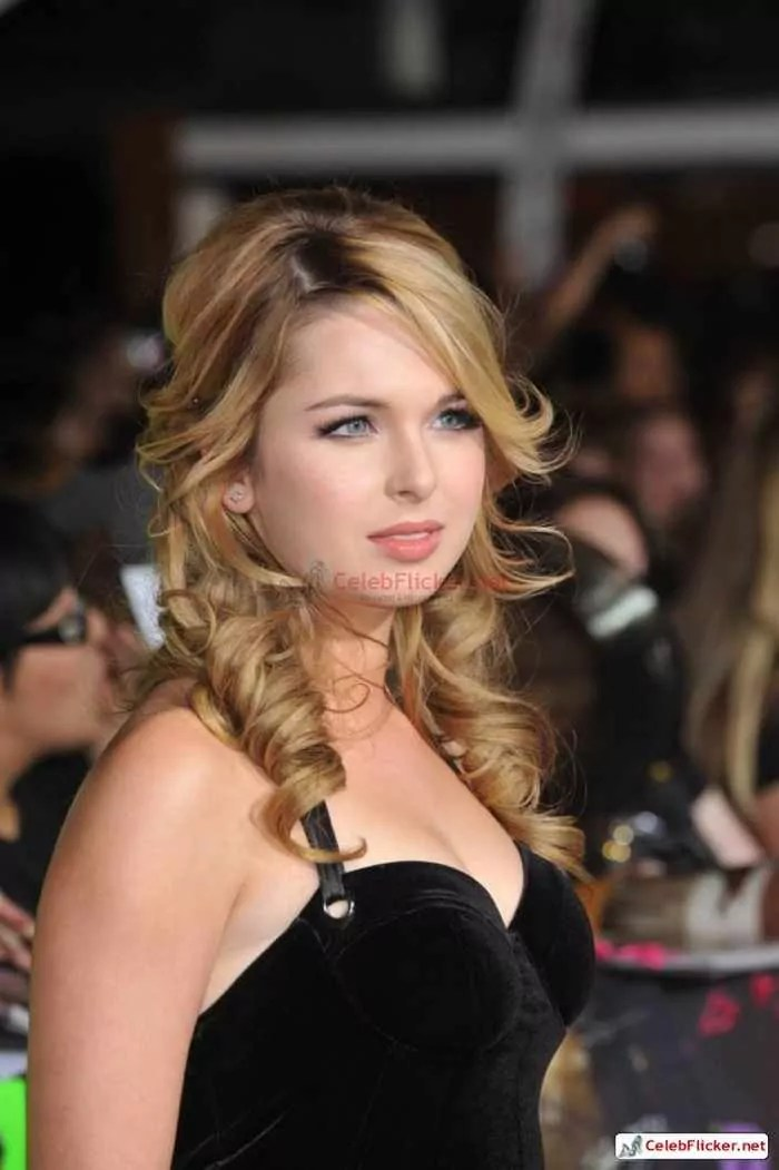Kirsten Prout at The Twilight Saga: New Moon Premiere-03