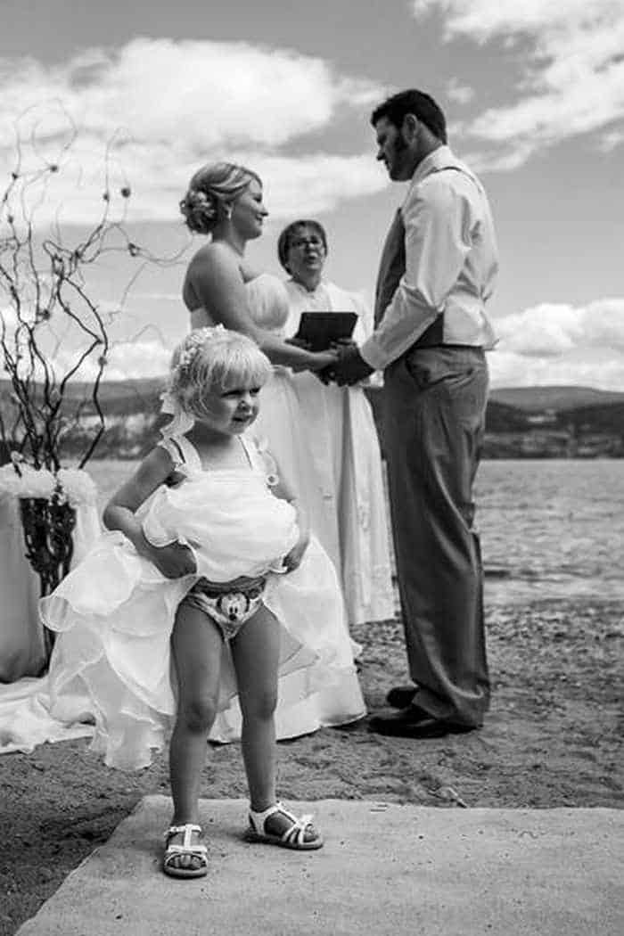 42 Hilarious Pictures of Unexpected Wedding Photobombs Will Make You LOL -11