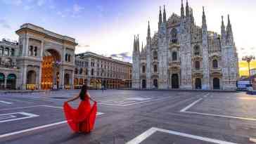 Katedra w Mediolanie i kobieta w czerwonej sukni