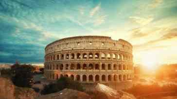 Widok Koloseum w Rzymie o wschodzie słońca