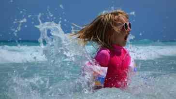 Dziecko wyskakuje z wody