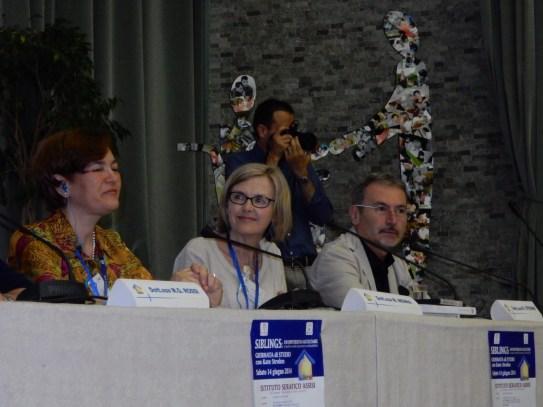 Kate Strohm (centre)