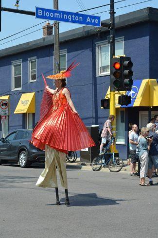 Parade amazing stilter