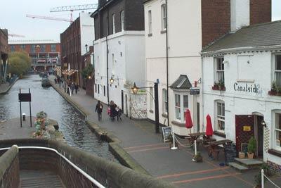 Area renovada de un canal en Birmingham