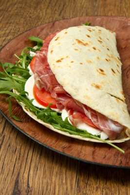 Piadina: wrap stuffed with cheese, cured meats and vegetables. A popular dish in San Marino!