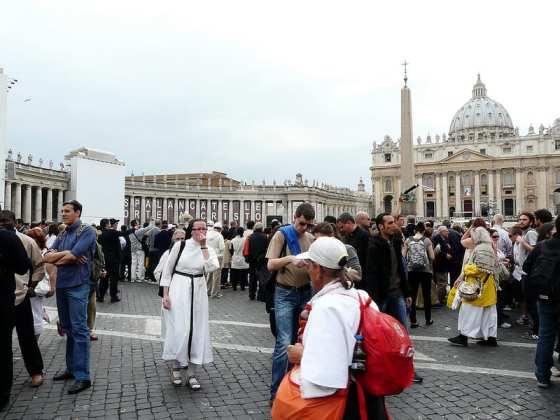 Crowd at the beatification of John Paul II (flickr: dzhingarova)