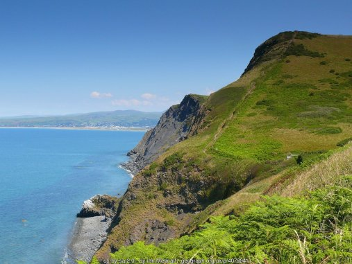 Llwybr Arfordir Cymru / Wales Coast Path Un o sawl darn trawiadol o arfordir Ceredigion / One of the many stunning sections of the Ceredigion coast.