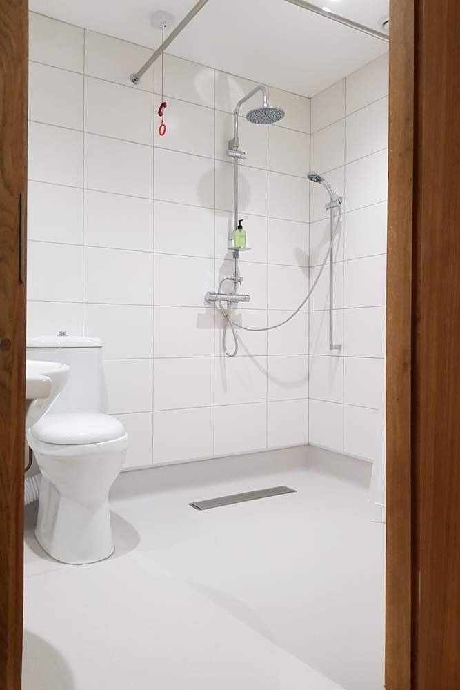 Accessibel wet room for guests fo wallops wood cottages