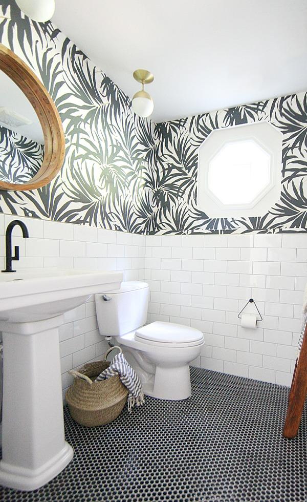 carrelage et papier peint dans la salle