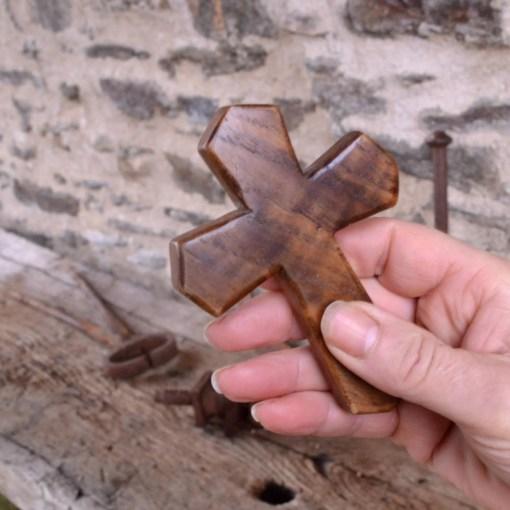 main tenant Personal Christian Cross se sent bien dans la main. Idéal pour une prière discrète en tenant dans la main ou dans la poche.