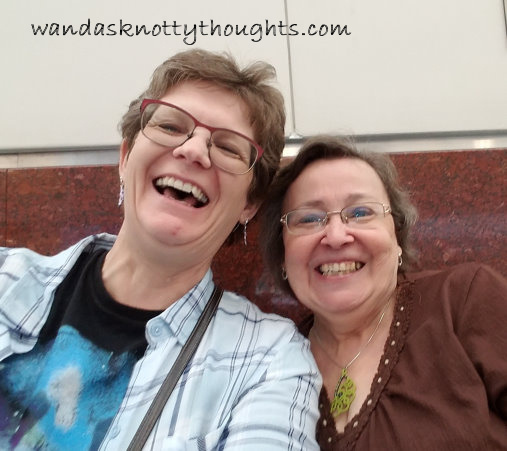 Meeting Linda Barnes at the Atlanta airport on wandasknottythoughts.com