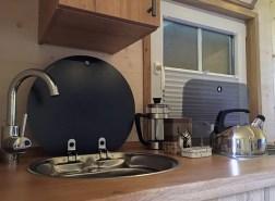 Die Küche des Schäferwagens bietet alles, was man zum Campen braucht.