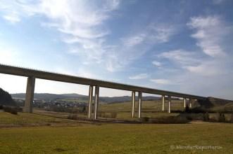 An der Autobahnbrücke