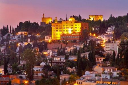 Vista nocturna del Alhambra Palace Hotel