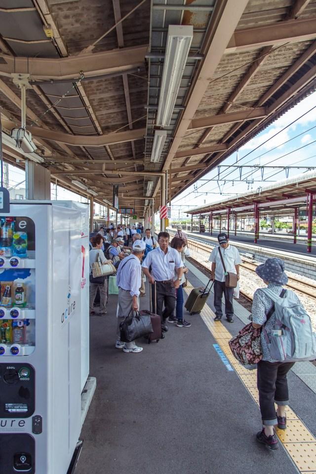De JR Pass in Japan is handig, maar soms is het treinrijden zelf wat moeilijk. Zoek naar de markeringen op de grond voor de juiste wagon te vinden.