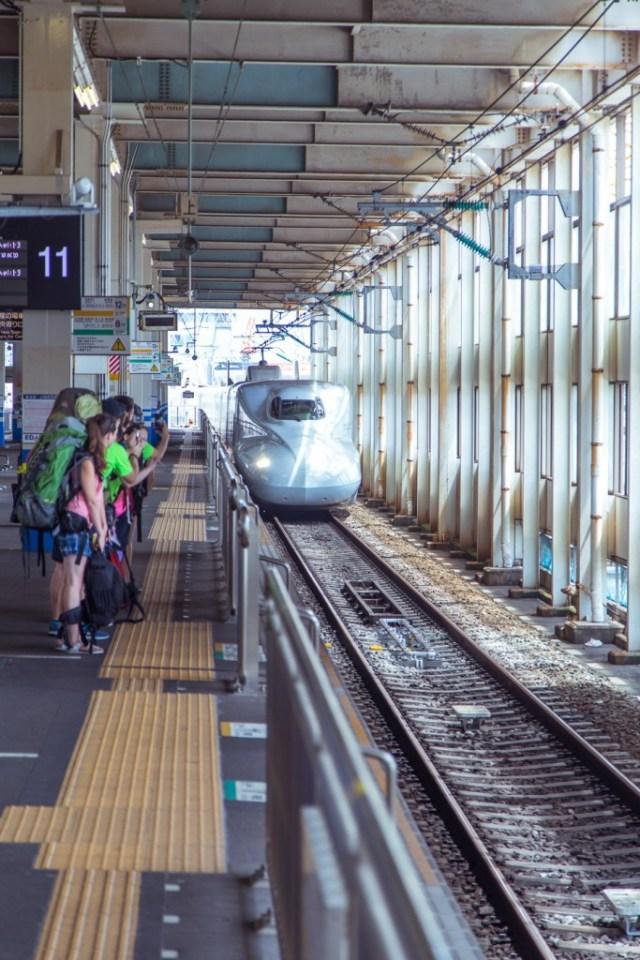 Shinkansen, de Japanse hogesnelheidstreinen, zijn steeds stipt op tijd! Met een JR Pass win je al wat tijd bij de draaideurtjes, want je krijgt een aparte ingang.