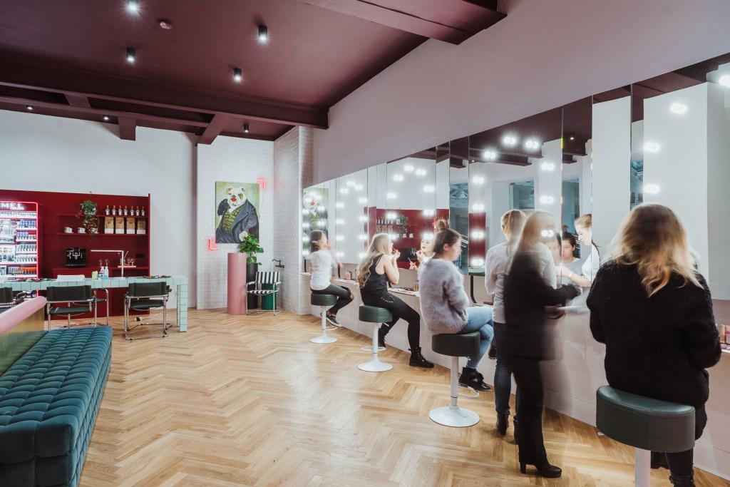 Beauty bar girls only rimmel Warszawa makijaż wandergirl blog podróżniczy