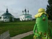 Da staunt auch Gurkendame Ludmilla; Susdal wirkt wie ein Kirchen-Freiluftmuseum.