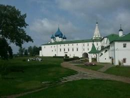 Der susdaler Kreml: Der Erzbischofspalast seit langen Zeiten, heute noch immer kirchlich genutzt, sowie Touristen und - Hochzeitskulisse.