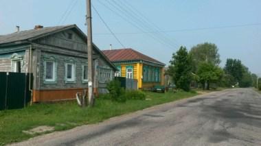 Mal ganz gut in Schuss, mal total verfallen; typisch russische Holzhäuser wie hier zum Ortseingang in Sudogda.