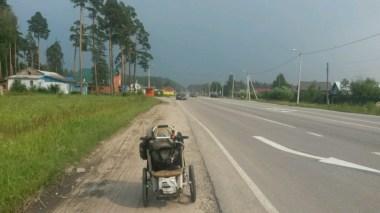 Im Dorf Tyurmerovka droht ein Unwetter, streift aber nur meinen Weg, kühlt aber wunderbar die Hitze herrunter.