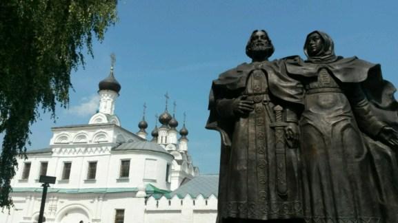 Altes Murom von seiner schönsten Seite; Kathedrale mit Königsdenkmal davor.