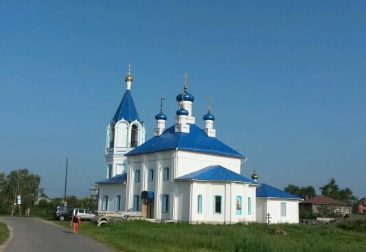 Neuerdings immer schöner: Russlands Dorfkirchen, gepflegt, restauriert, oder ganz neu wie hier in Aleshkovo.