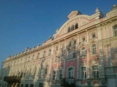 Historische Fassaden entlang der Bolschaja Fußgängerzone im Zentrum der Stadt wechseln immer wieder mit sozialistischen Bausünden bildlich ab.