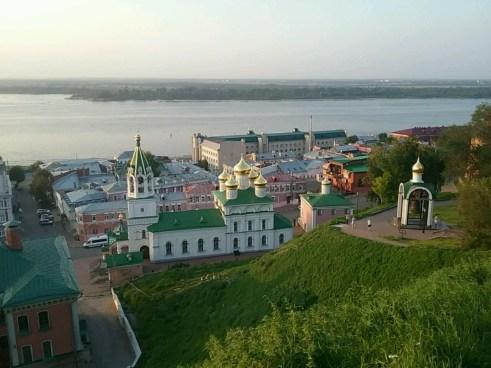 Nischni Novgorod liegt hoch über der Wolga mit seiner alten Mauerfestung (Kreml).