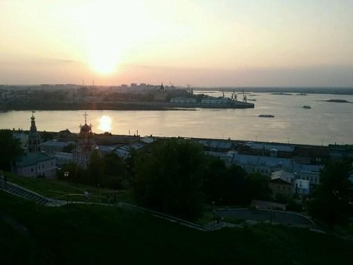 Sonnenuntergang über der Wolga in der Stadt.