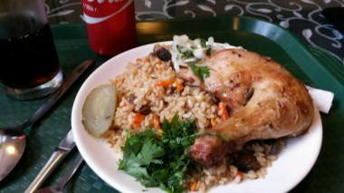 Was essen die Tataren denn so? Erstmal Russisch; Reis und Hühnerbein, deftig und kompakt für 350 Rubel (5€), inklusive Cola. Dieses Essen soll dann für die nächsten 23 km (!) reichen ...