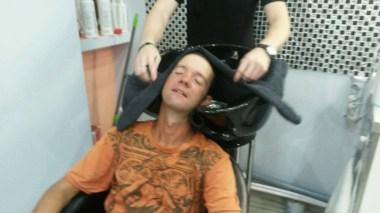 Endlich, endlich, endlich.... Sergeys Freundin weiß sofort mein Frisurproblem zu lösen und stellt mich sofort ihrem Frisör vor