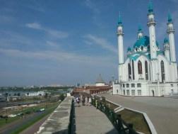 Die Moschee mit Blick über die alte Festungsmauer (Kreml) hinunter auf die Stadt.