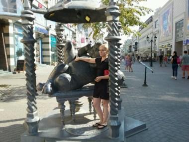 Die Katze als neues Symbol Kazans, wohl eher von der emsigen Tourismuswirtschaft geschickt in Szene gesetzt, wirkt als Magnet fürs Fotoalbum; Hand auf den dicken Bauch, und Du hast Glück. Daran glauben die meist Russischen Touristen gern.