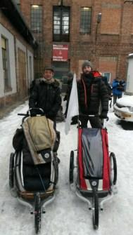 Jetzt sind wir zwei: Jan hat sich nun auch einen Wanderwagen zugelegt, will es damit bis Aleppo schaffen....