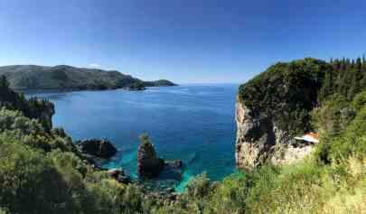 Corfu-Trail - km 111 - Etappe 7 - Paleokastritsa - Schicke Bar in der Felsgrotte