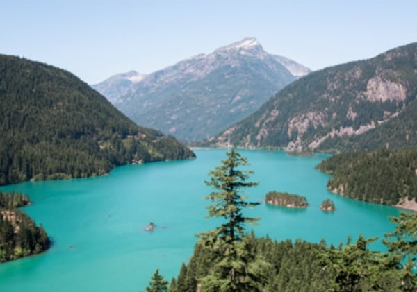 Image of turquiose lake in the mountains