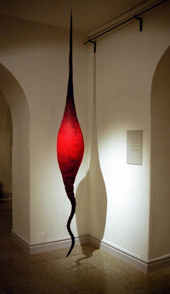 Trygg, textil skulptur i tovad ull, 300 cm hög, visas här på Faktorimuseét i Eskilstuna. ©Maria Wangi Ibohm, Maria Backström