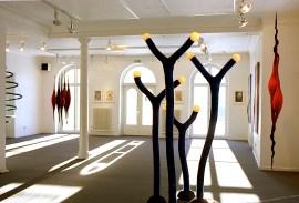 Månknoppar, skulptur i tovad ull med lysande knoppar i glas. Från utställningen Organism på Konstfrämjandet i Örebro 2001. ©Maria Wangi Ibohm, Maria Backström