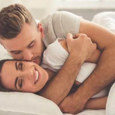 """Psst """"Pillow Talk"""" Tingkatkan Tahap Kesihatan & Eratkan Hubungan Suami Isteri"""