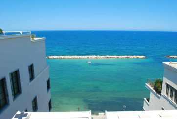 vanop het dak neerkijken op de lungomare en de Adriatische zee