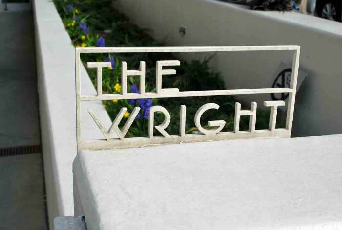 het hek met Wrights naam