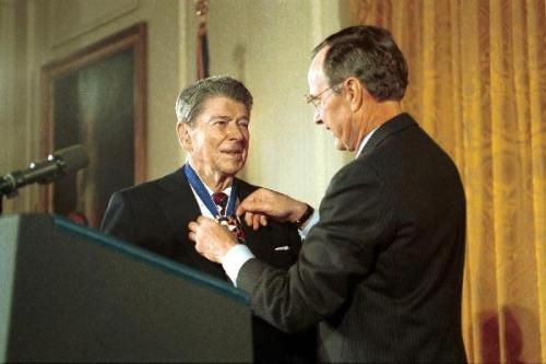 Het is 1993 en Ronald Reagan krijgt van een de grote manipulator, president George Bush sr. de Freedom Medal uitgereikt..